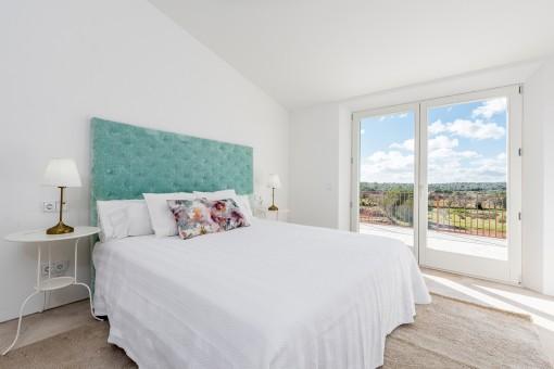 Zauberhaftes Schlafzimmer mit Doppelbett