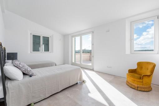 Weiteres Schlafzimmer mit Zugang zum Balkon