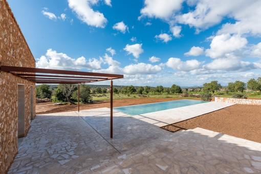 Wunderschöne Terrasse mit Poolbereich