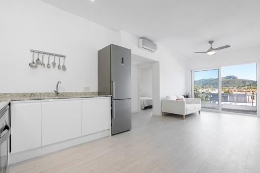 Heller Wohnbereich und Küche