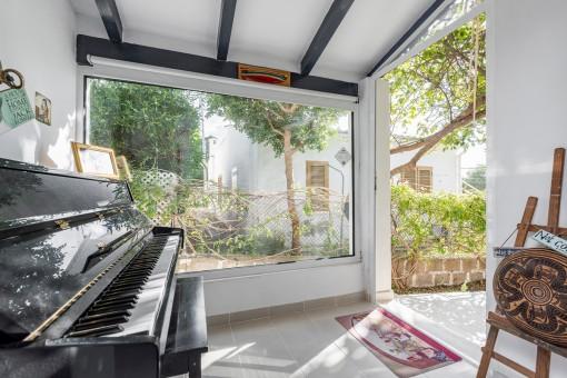 Wintergarten mit Klavier