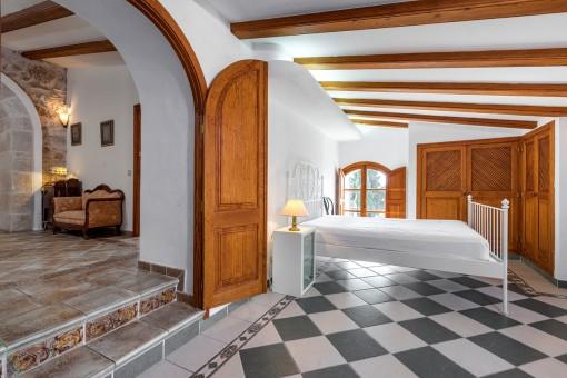 Wunderschönes Schlafzimmer mit Holzdeckenbalken