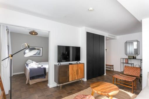 Wohnbereich mit Zugang zum Schlafzimmer