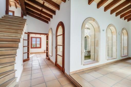 Heller Innenhof und Zugang zum Obergeschoss