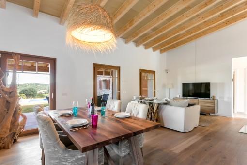 Wohn- und Essbereich mit Holzdeckenbalken