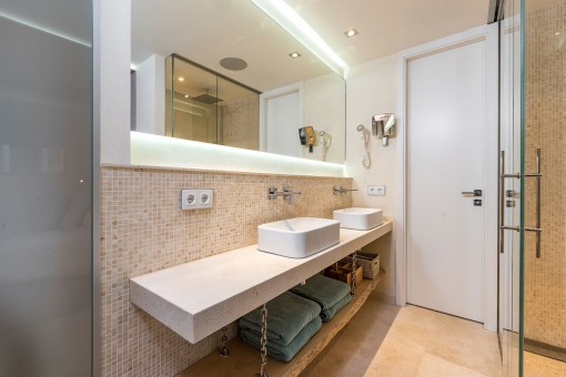 Wundervolles Badezimmer mit Doppelwaschbecken