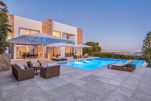 Herrlicher Poolbereich mit Chill-out Lounge