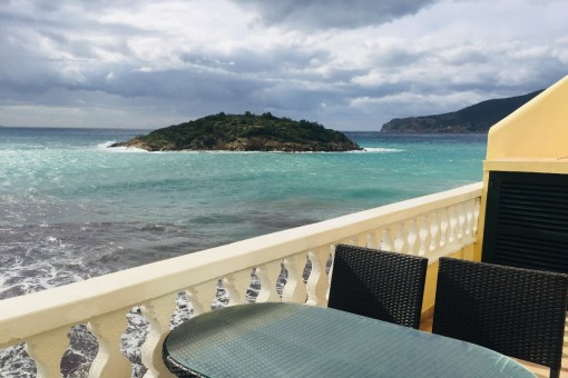 Strandnahe Wohnung mit Balkon und fantastischem Meerblick in Sant Elm