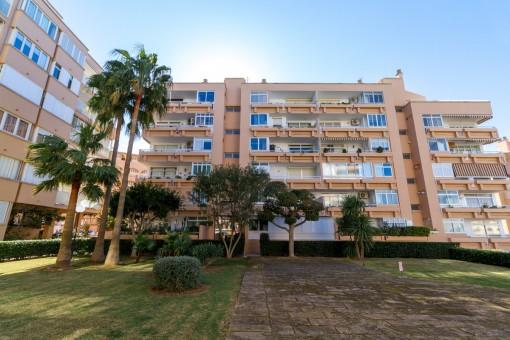 Renovierte Wohnung mit direktem Strandzugang oberhalb des Hafens von Port Adriano