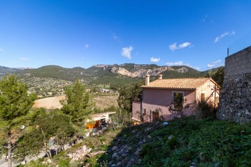 Grundstück mit Panoramablick auf die Berge und das Dorf Puigpunyent