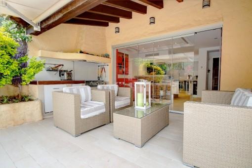 Charmante Chill-out Lounge und Außenküche