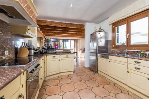 Half-offene, voll ausgestattete Küche