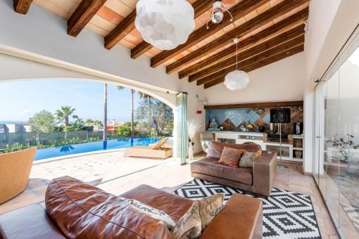 Wonderbarer Loungebereich mit direkten Zugang zum Pool