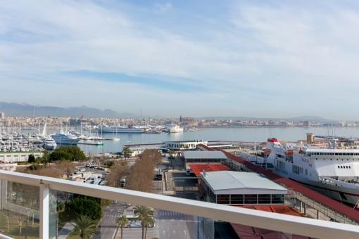 Balkon mit Blick auf den Hafen