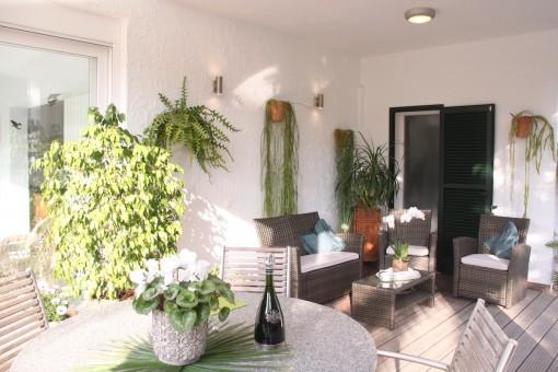 Sonnige Terrasse mit Essbereich