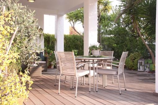 Charmante Terrasse und Gartenbereich