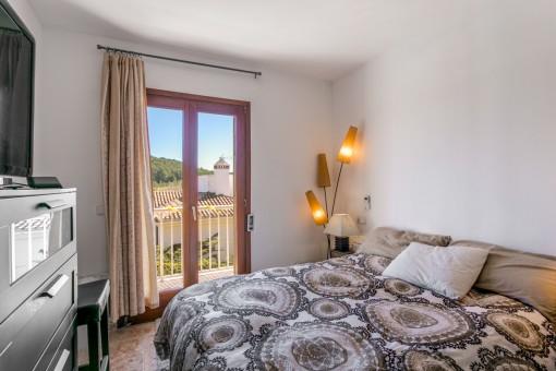 Hauptschlafzimmer mit Zugang zum Balkon