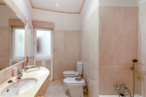 Eines von 3 Badezimmern