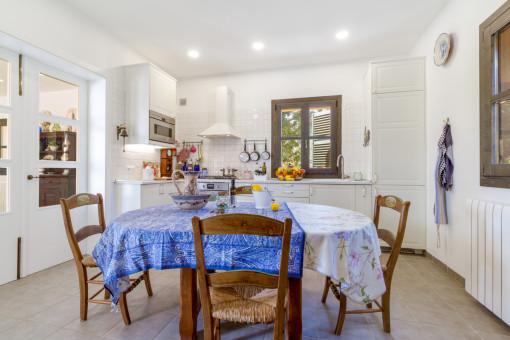 Essbereich und voll ausgestattete Küche