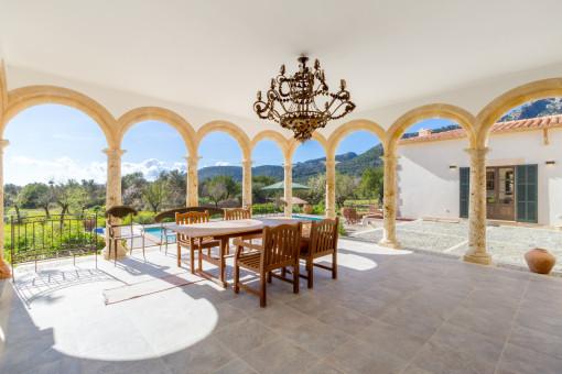 Außergewöhnliche, überdachte Terrasse