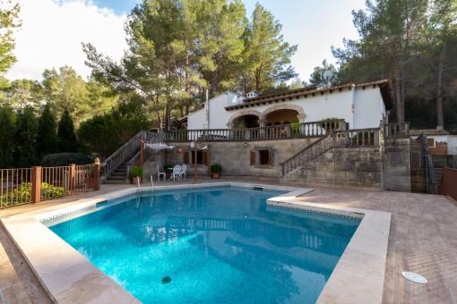 Villa in Esporles mit vielen Terrassen, großem Poolbereich und schöner Aussicht auf das Tramuntanagebirge