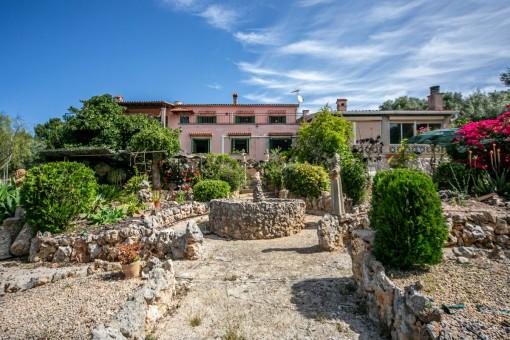 Tolle Investitionsmöglichkeit - Renovierungsbedürftige Meerblick-Villa mit großem Grundstück in Palmanähe