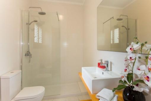 Schönes Badezimmer mit Dusche
