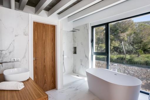 Lichtdurchflutetes Badezimmer mit Badewanne