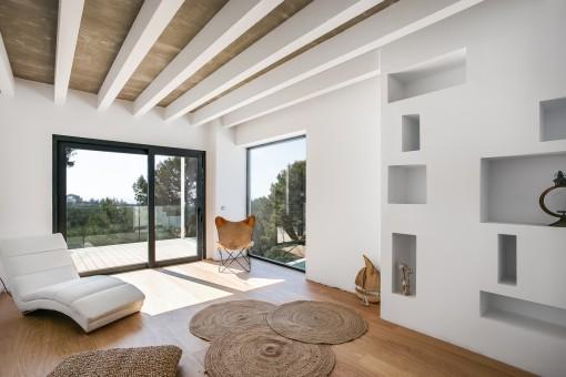 Heller Raum mit Balkon