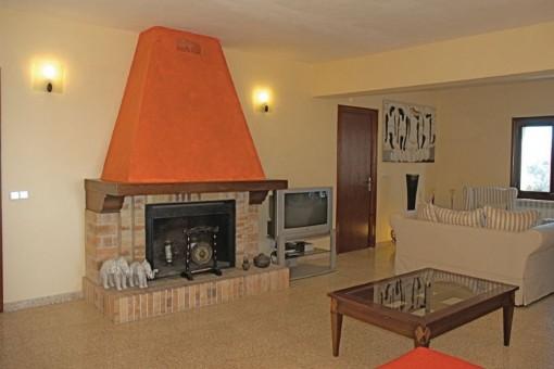 Der Wohnbereich verfügt über einen Kamin