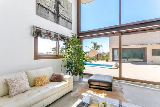 Wohnbereich mit hoher Glasfront