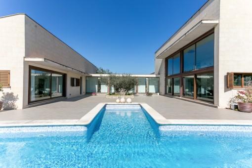 Großer Poolbereich mit Terrasse