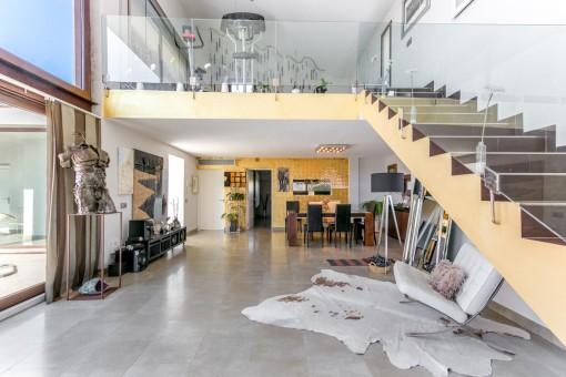 Offen gestalteter Wohnbereich mit Kamin