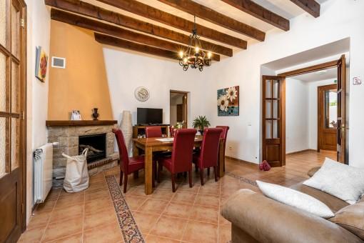 Wohnbereich mit Kamin im Erdgeschoss