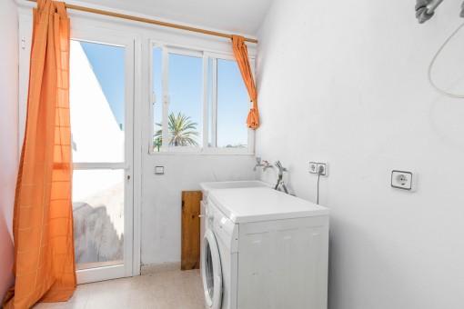 Waschküche mit Zugang zum Innenhof