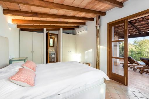 Hauptschlafzimmer mit Zugang zur Terrasse