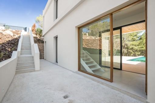 Terrasse und Zugang zur Villa
