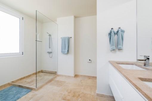 Badezimmer in hellen Farben