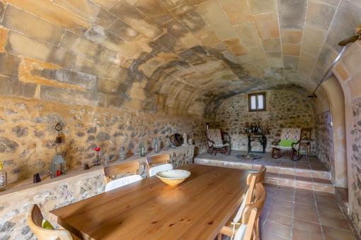 Traditioneller Essbereich mit Gewölbedecke