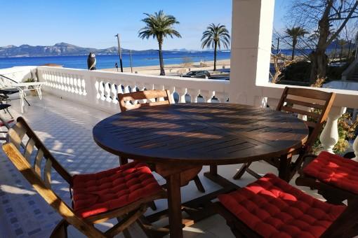 Renoviertes Apartment mit fantastischem Meerblick am Strand von Port Pollença