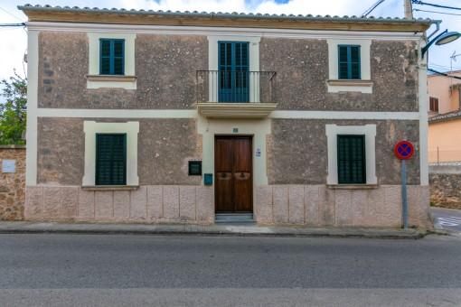 Hübsches, steinverkleidetes Dorfhaus mit 4 Schlafzimmern und kleinem Garten in Sa Cabaneta