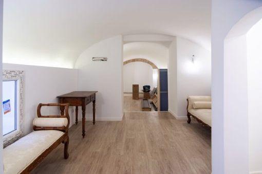 Weitere Wohnbereich mit Gewölbedecke
