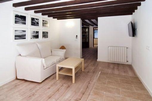 Wohnbereich mit Holzdeckenbalken