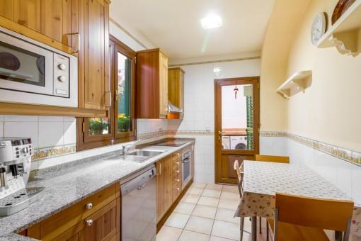 Küche mit Zugang zum Innenhof