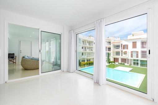Wohnbereich mit Blick auf den Pool