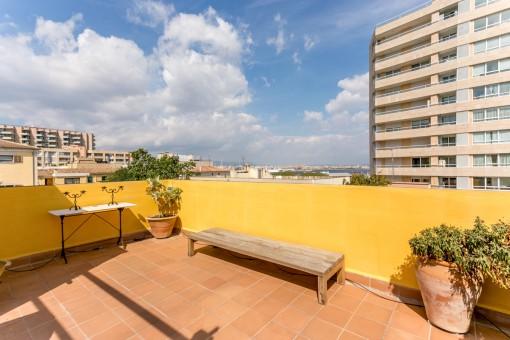 Schickes Penthouse mit traumhafter Dachterrasse und großartigem Blick, auf die Kathedrale und den Hafen am Paseo Maritimo