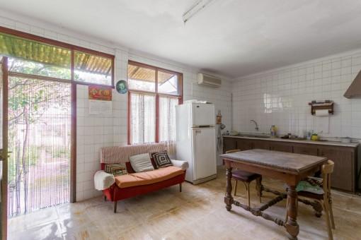 Küche mit Zugang nach draußen