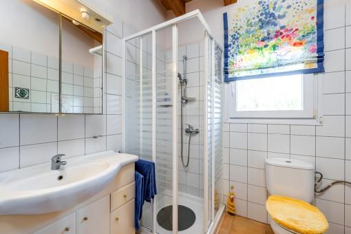 Eines von 4 en Suite Badezimmern