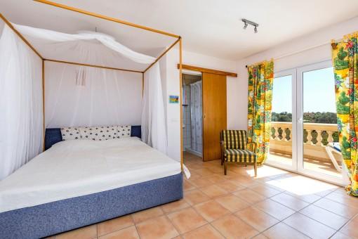 Schlafzimmer mit Badezimmer en Suite und Balkon