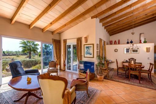 Gemütlicher Wohn-und Essbereich mit Holzdeckenbalken